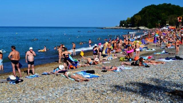 Многолюдный пляж в разгар сезона