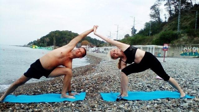 Пара туристов на йога-ретрите в Вардане