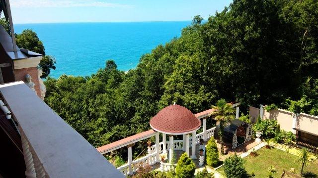 Вид с балкона на ротонду в зелёном парке у моря