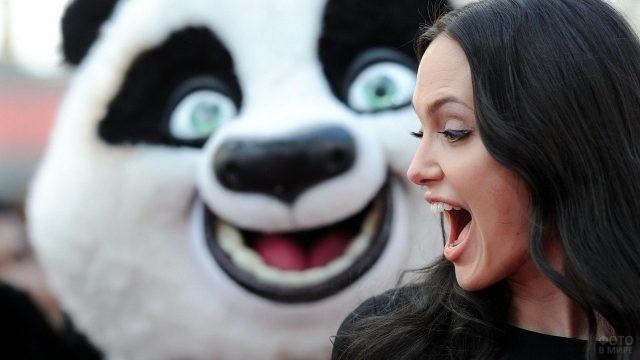Анджелина Джоли удирает от панды