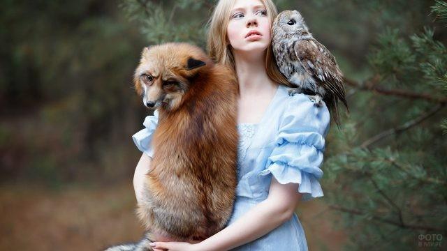 Блондинка с лисой и совой на плече