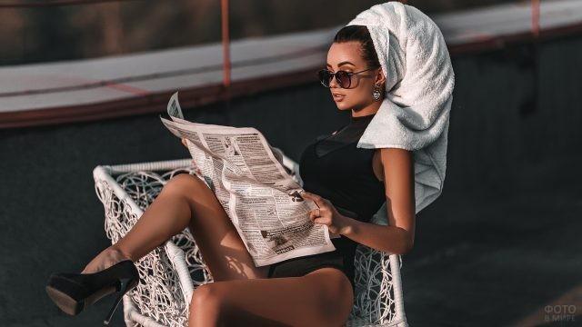 Брюнетка в полотенце и солнцезащитных очках