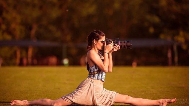 Девушка с фотоаппаратом в шпагате