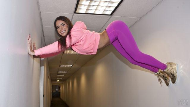 Девушка залезла под потолок по стенам