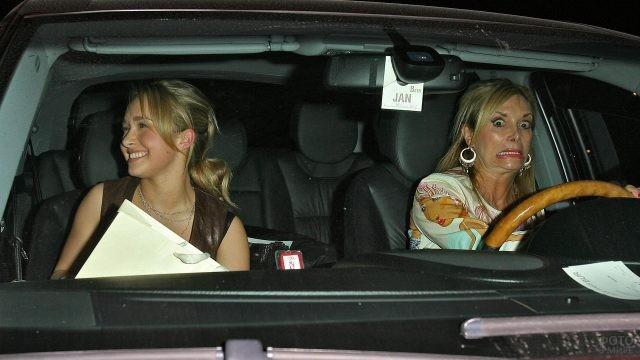 Две девушки со смешными лицами в машине