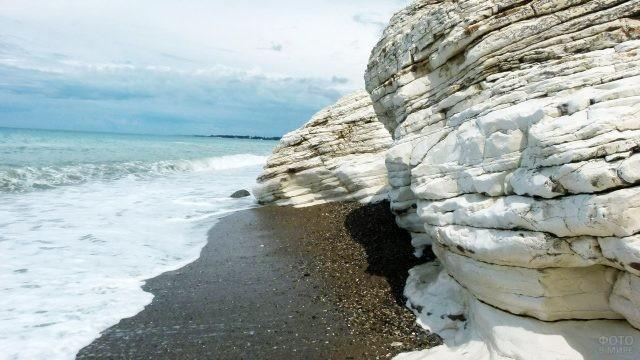 Белые скалы выхода мрамора в Чёрное море