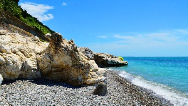 Дикий пляж у подножья белых скал