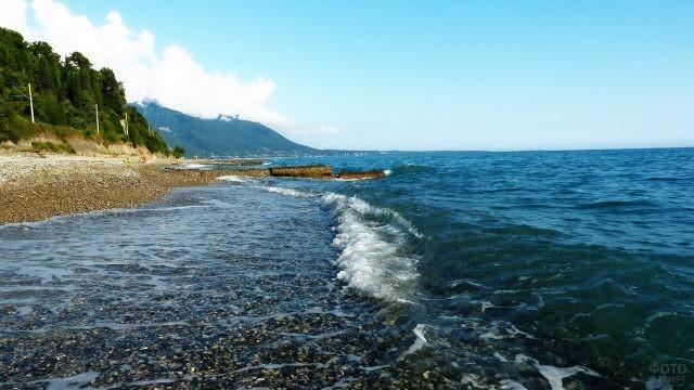 Набегающая на берег волна