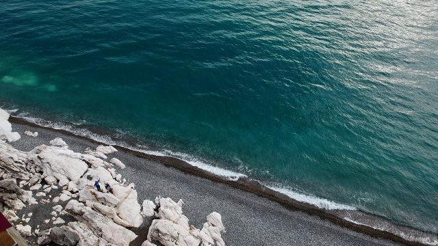 Вид с вершины холма на белые скалы у Чёрного моря
