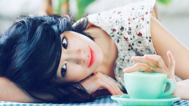 Азиатка с чашкой кофе