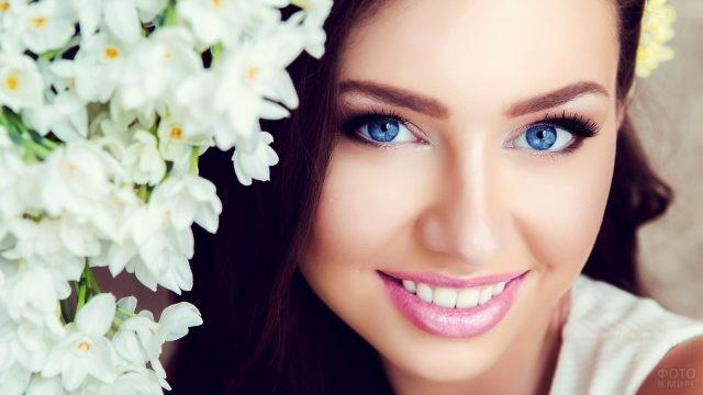 Голубоглазая брюнетка с белыми цветами