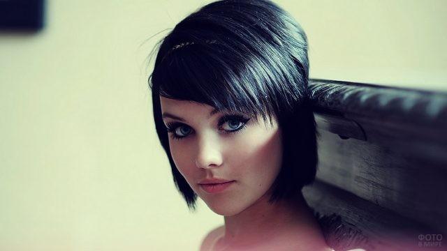 Мелисса Кларк с короткой стрижкой чёрных волос с диадемой
