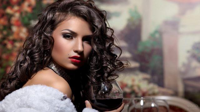 Роскошная брюнетка пьёт красное вино