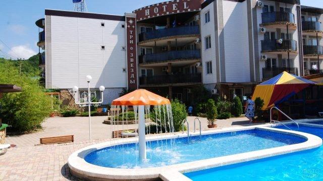 Бассейн с фонтаном на территории отеля