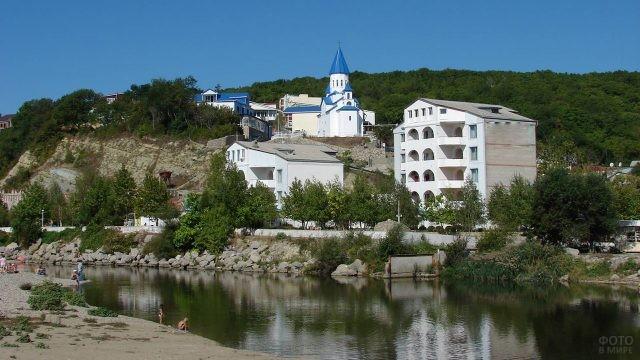 Церковь и гостиницы на берегу реки Нечепсухо