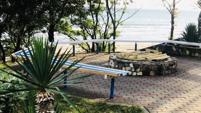 Лавочка на смотровой площадке над пляжем ВДЦ Орлёнок