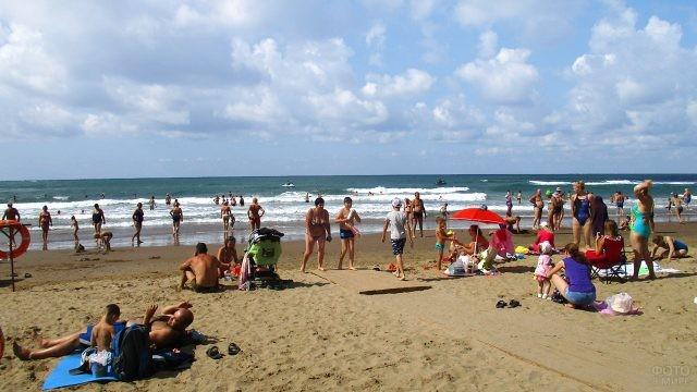Родители и дети на песчаном пляже ВДЦ Орлёнок