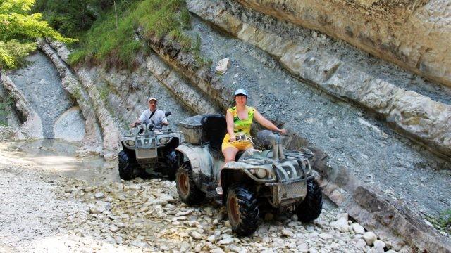 Туристы на квадроциклах в горах близ Пляхо