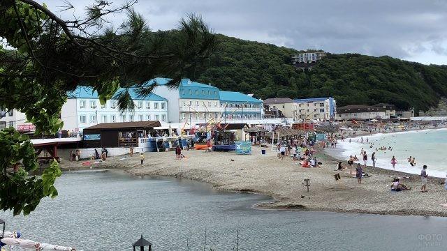 Туристы на пляже в пасмурный день
