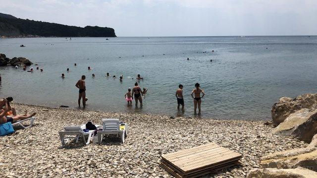 Туристы у самой кромки воды в штиль