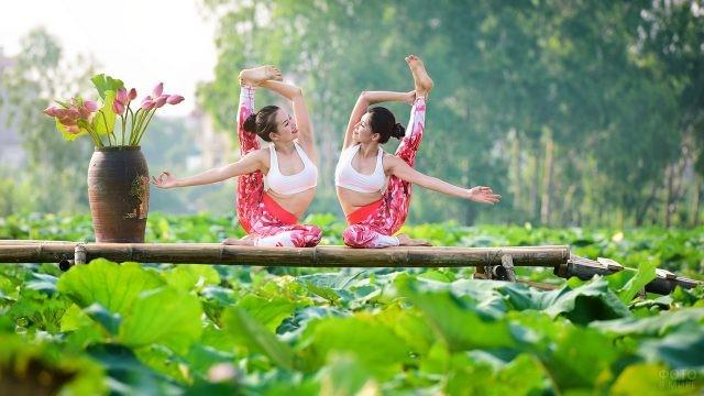 Азиатки делают растяжку на природе