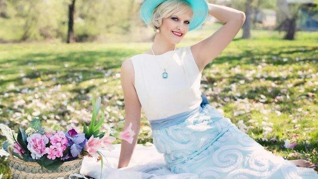 Блондинка в шляпке на лесной полянке