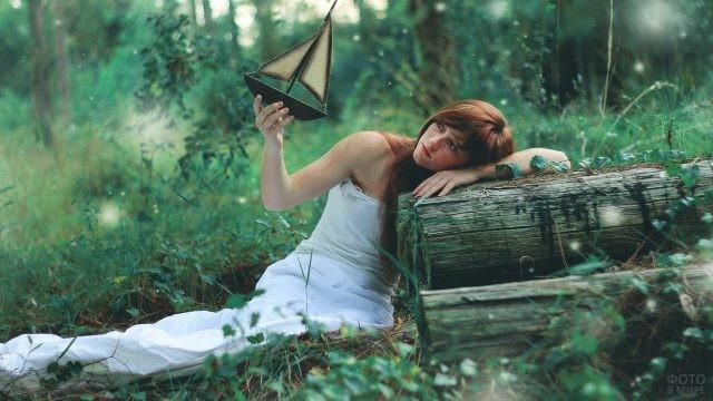 Девушка на брёвнах с корабликом в руке