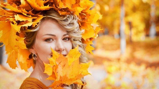 Девушка с венком из кленовых листьев
