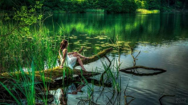 Девушка в белом платье у озера