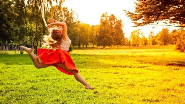 Девушка в красной юбке в прыжке