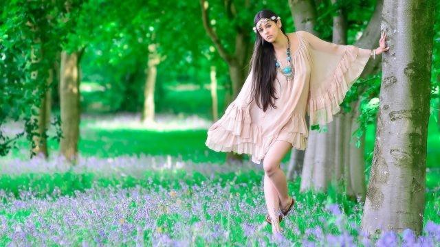 Девушка в необычном платье среди деревьев