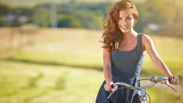 Рыжая девушка с велосипедом