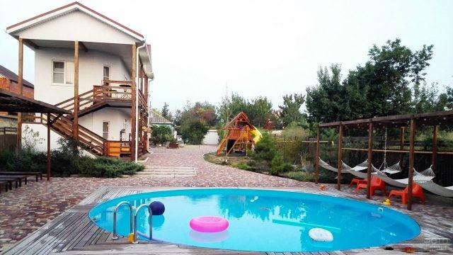 Бассейн во дворе семейного пансионата Совы