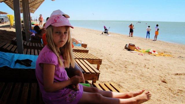 Девочка в тени навеса на оборудованном пляже Сёрфприют