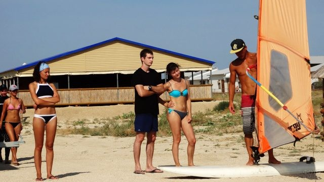 Инструктаж на пляже в школе виндсёрфинга