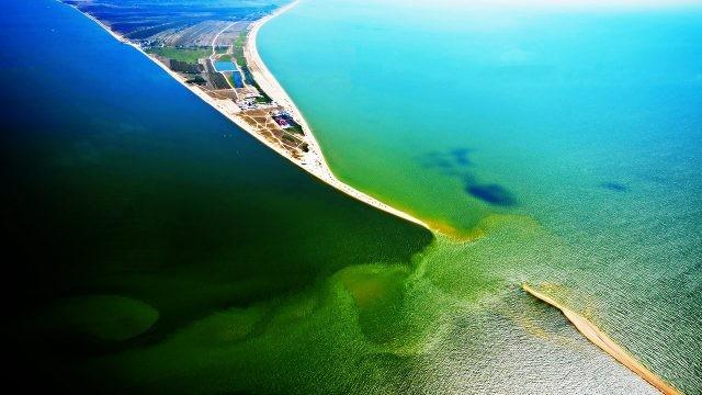Коса Долгая на стыке Азовского моря и Таганрогского залива