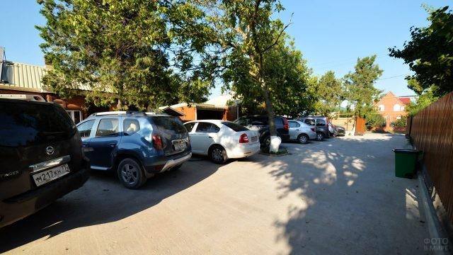 Тенистая парковка в гостевом дворе частного сектора