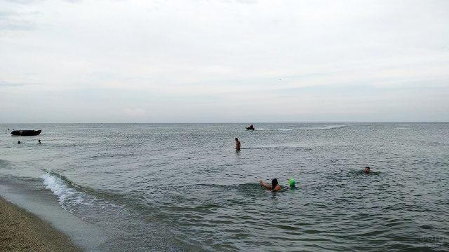 Туристы купаются в вечернем Азовском море