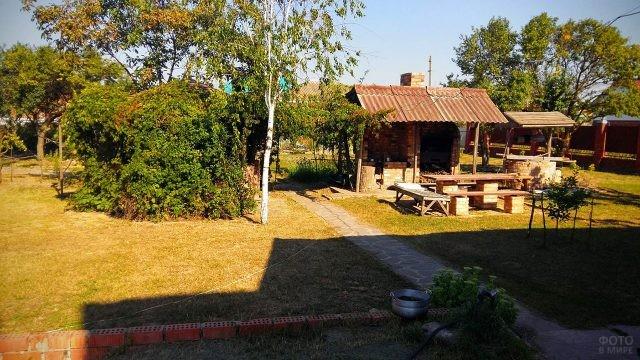 Уютный двор с зоной для барбекю в частном секторе