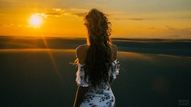 Длинноволосая русая девушка в пустыне на закате