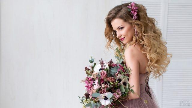 Красотка с цветком в волосах и букетом