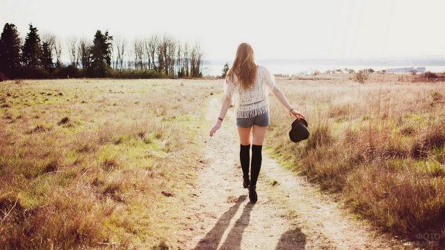 Необычная девушка идёт по тропе на природе