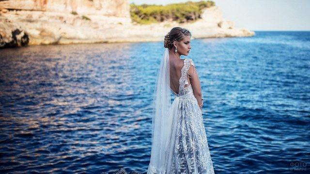 Невеста смотрит в сторону у залива
