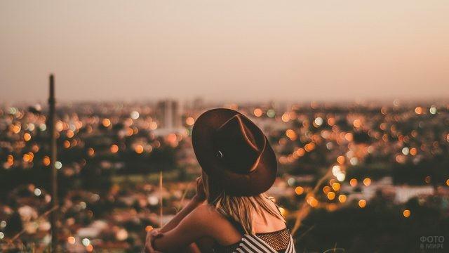 Романтичная девушка в шляпе на крыше
