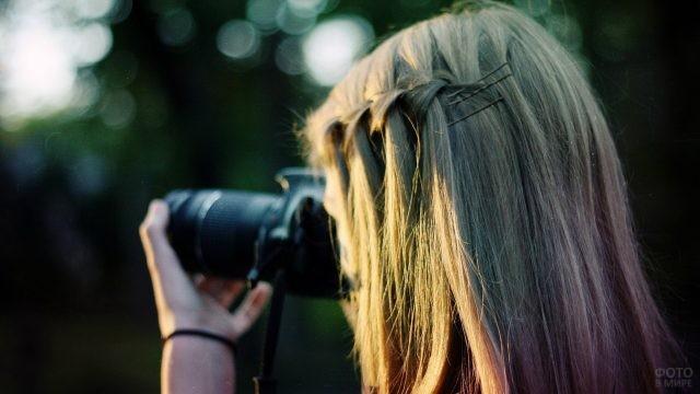 Русая девушка фотографирует природу