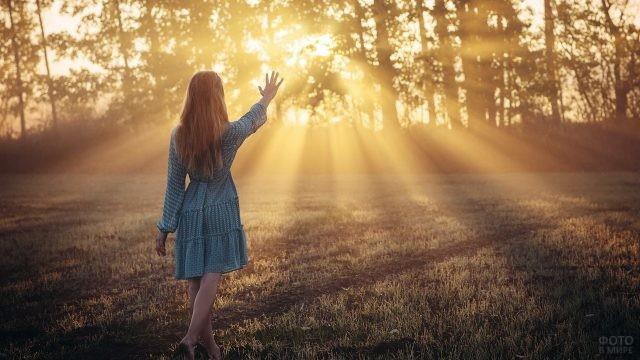 Загадочная девушка приветствует солнце древним жестом