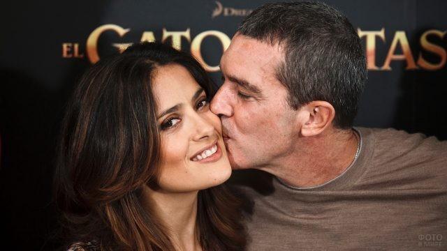Антонио Бандерас целует в щёку Сальму Хайек