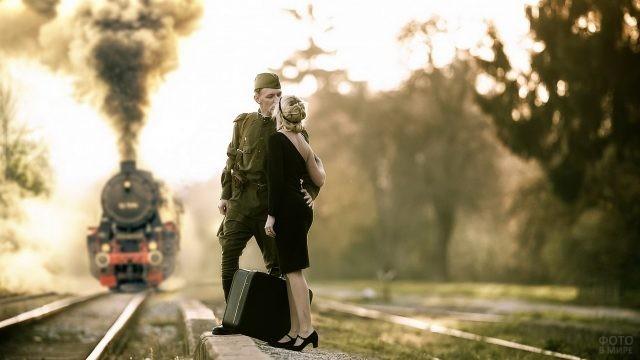 Блондинка провожает солдата на перроне