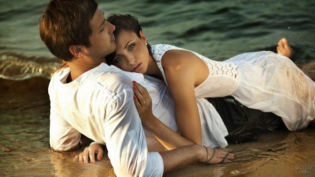 Брюнетка обнимает парня на берегу моря
