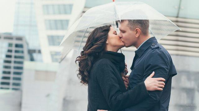 Целующаяся пара под зонтом